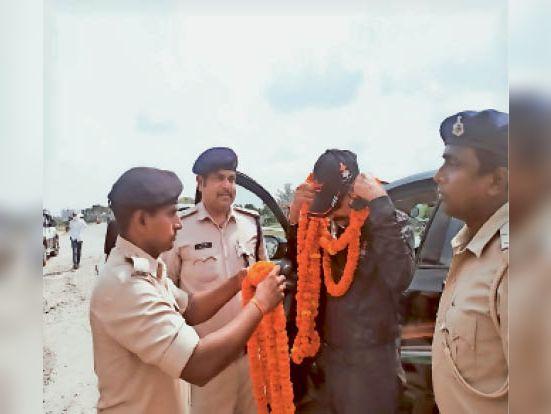 कार रैली के कमांडो को सम्मानित करते एएसपीअभियान। - Dainik Bhaskar