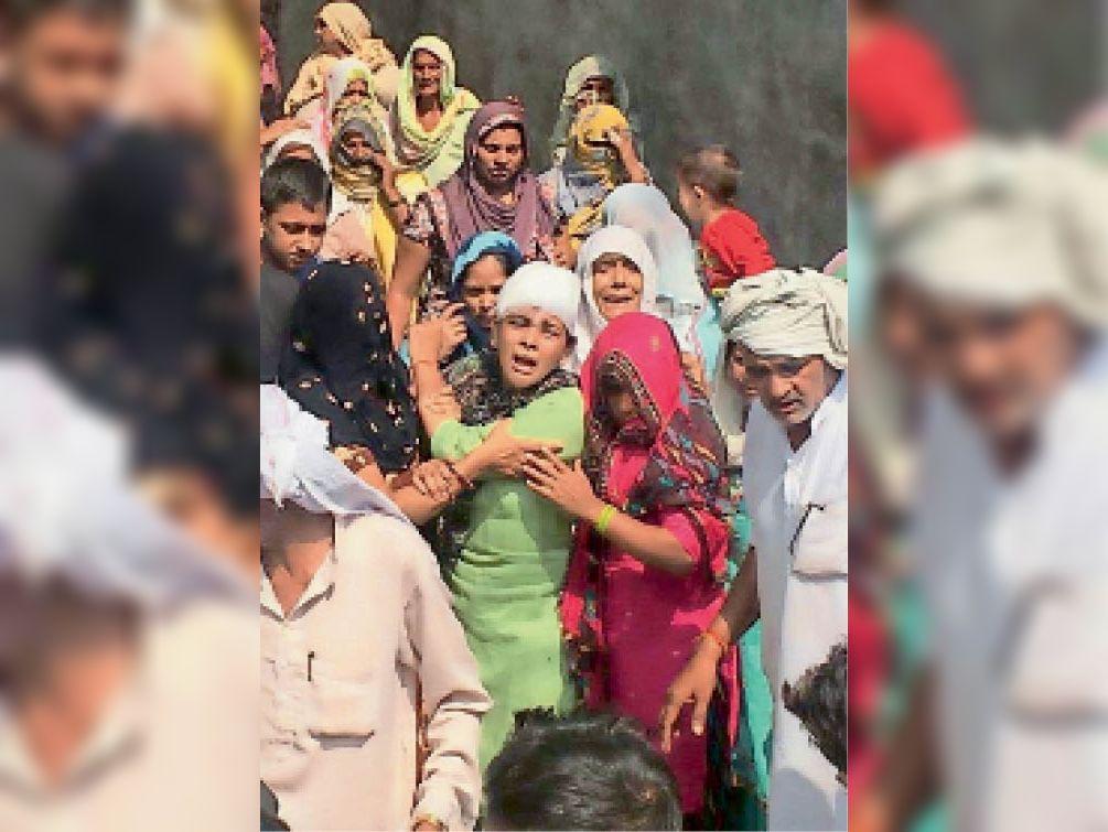पूंडरी| मृतक सुमन के परिवार की महिलाएं विलाप करते हुए। - Dainik Bhaskar