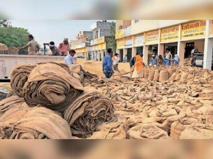 करनाल. मंडी में उठान न होने से दुकानों के बाहर पड़े धान से भरे कट्टे। - Dainik Bhaskar