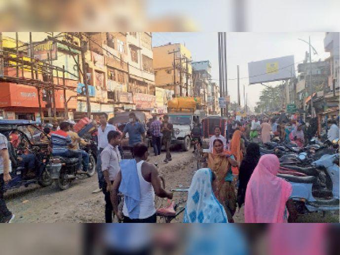 रक्सौल की मुख्य सड़क पर लगा जाम। - Dainik Bhaskar