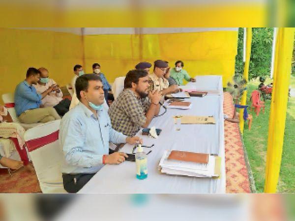 पंचायत चुनाव को लेकर दिशा-निर्देश देते डीएम व अन्य अधिकारी। - Dainik Bhaskar