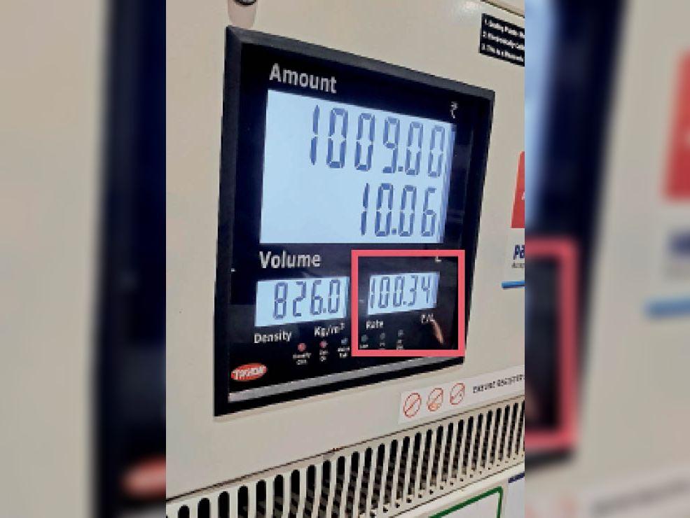 पहले लॉकडाउन से अब तक पेट्रोल-डीजल 30 रुपए से ज्यादा महंगे हुए। - Dainik Bhaskar