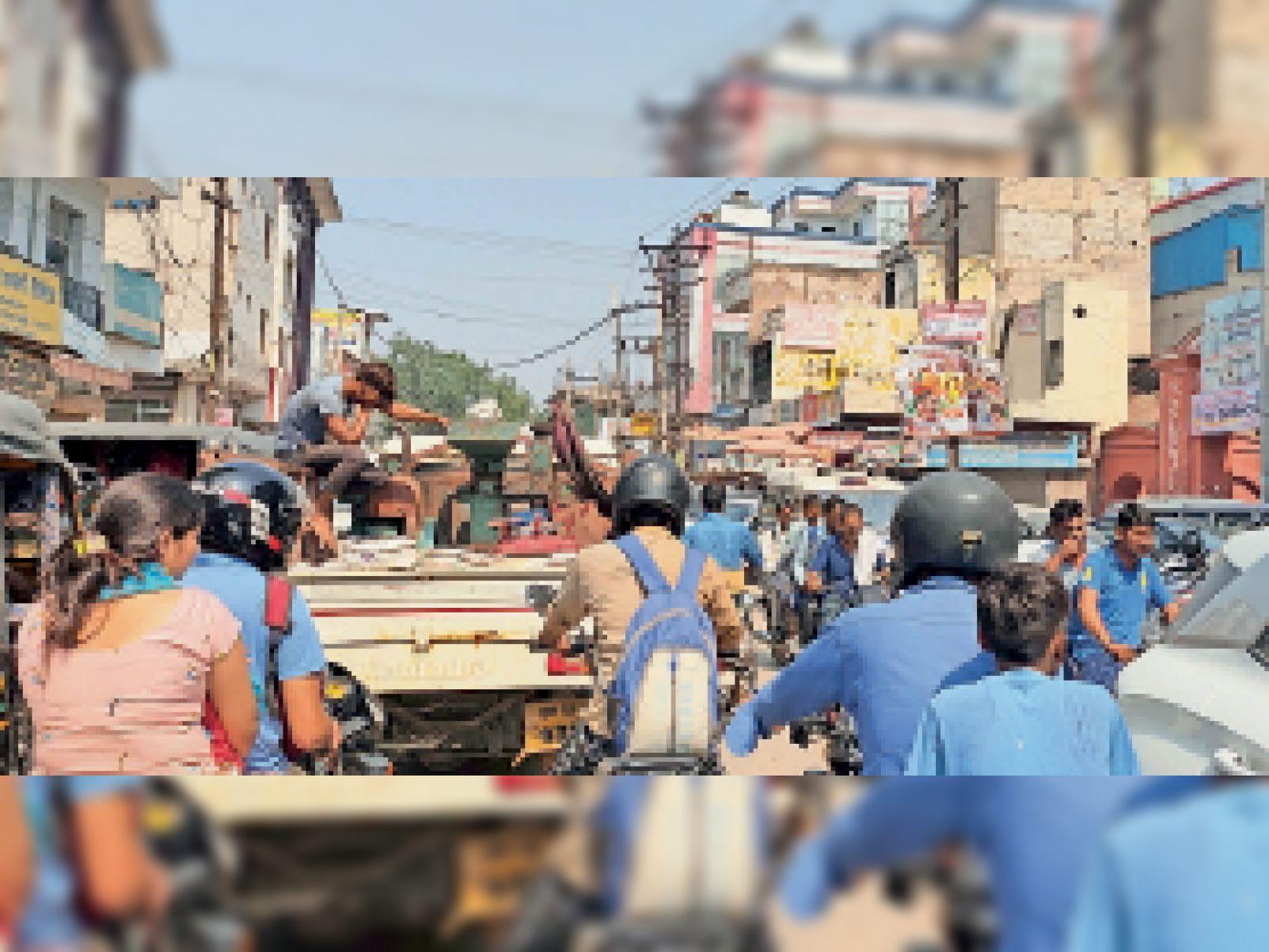 प्रथम नवरात्र पर शहर के बाजारों में लगा रहा जाम। - Dainik Bhaskar