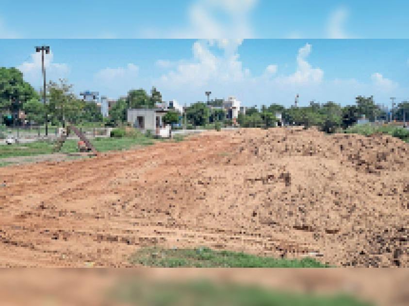 अंबेडकर पार्क की हालत सुधारने के लिए मिट्टी डलवाते हुए। - Dainik Bhaskar
