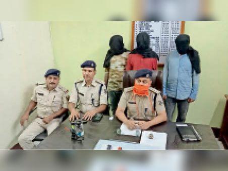 संवाददाता सम्मेलन के दौरान गिरफ्तार लुटेरा व पुलिस पदाधिकारी। - Dainik Bhaskar