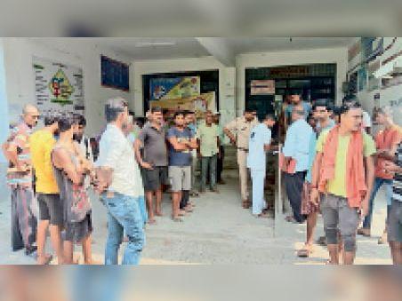 कल्याणपुर पीएचसी पर परिजन व जुटे लोग। - Dainik Bhaskar