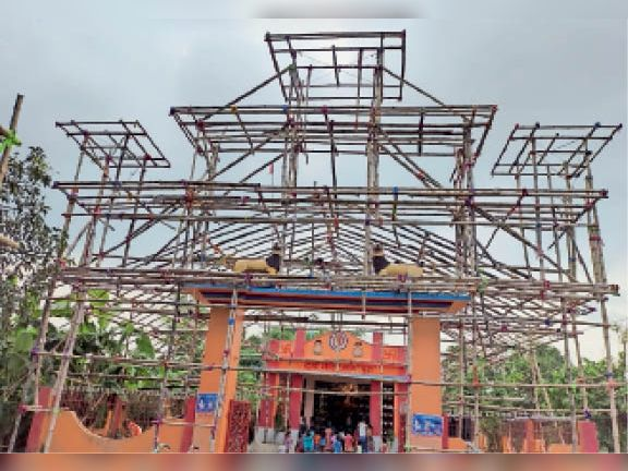 हसनपुर : सकरपुरा दुर्गा मंदिर परिसर में भव्य पंडाल का किया जा रहा है निर्माण। - Dainik Bhaskar