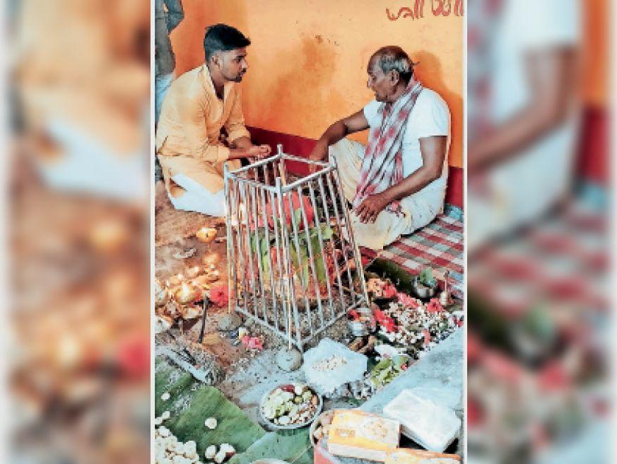 बड़ी दुर्गा स्थान में कलश स्थापना करते श्रद्धालु। - Dainik Bhaskar