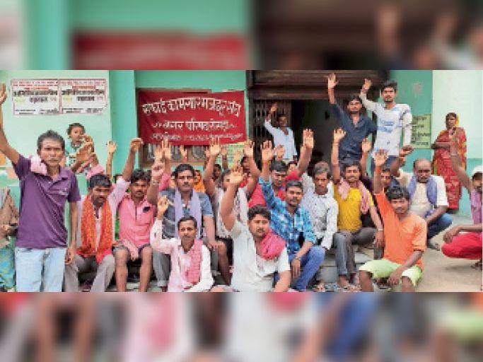 नगर पंचायत कार्यालय पर हड़ताल पर बैठे दैनिक सफाई कर्मी। - Dainik Bhaskar