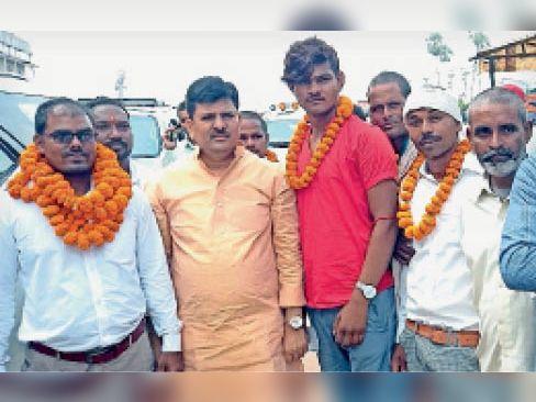 सदस्यता ग्रहण के बाद विधायक के साथ लोग। - Dainik Bhaskar