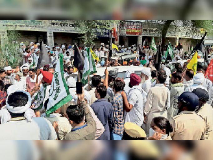 सिरसा। ऐलनाबाद में भाजपा नेताओं को काले झंडे दिखाते किसान। - Dainik Bhaskar