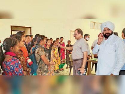 रानियां के महाविद्यालय की छात्राएं समस्याओं के बारे में निरीक्षण करने आई टीम को अवगत करातीं हुई। - Dainik Bhaskar