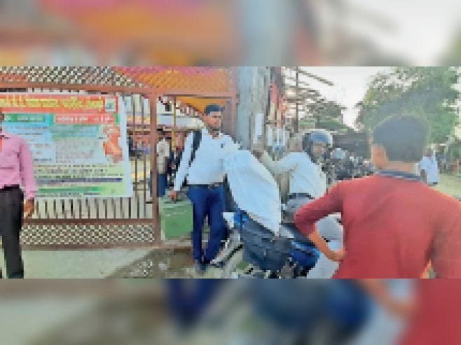 बाेखड़ा में मतदान सामग्री ले जाते मतदानकर्मी। - Dainik Bhaskar