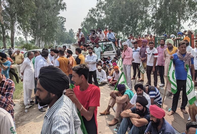 किसान को टक्कर मारने की घटना के बाद नारायणगढ़ में जाम लगाते हुए किसान। - Dainik Bhaskar