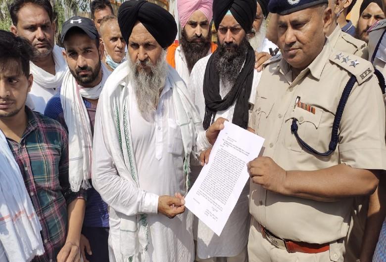 मामले में केस दर्ज करने के लिए डीएसपी को शिकायत देते हुए किसान नेता।