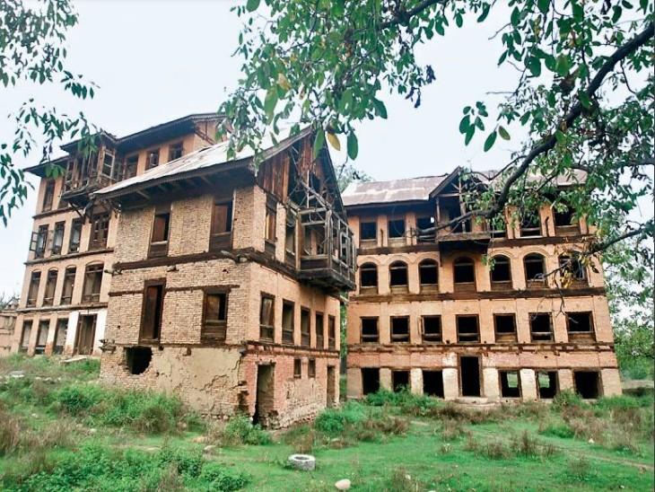 खंडहर बने पंडितों के मकान। - Dainik Bhaskar