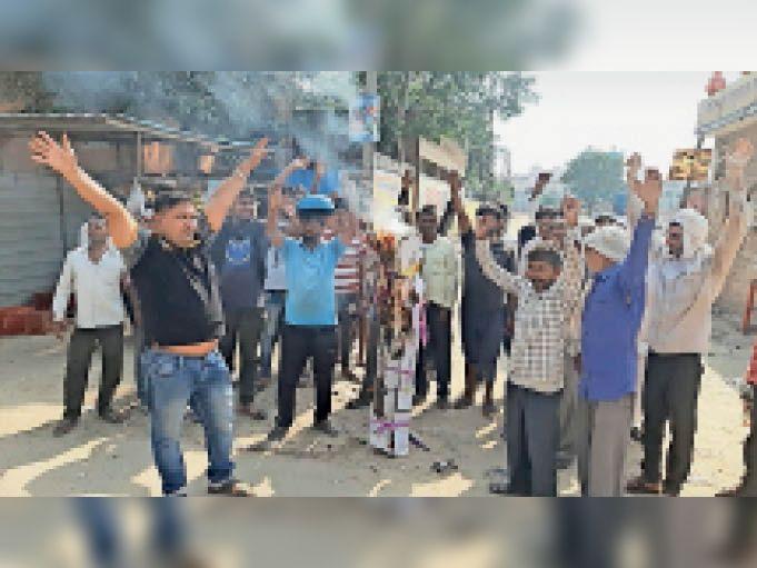महंगाई के विरोध में नागरिक अस्पताल के पास हरियाणा सरकार का पुतला फूंकते माैजूद लाेग। - Dainik Bhaskar