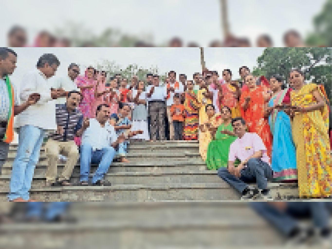 गेपसागर की पाल पर एकत्रित कार्यकर्ता व पदाधिकारी। - Dainik Bhaskar