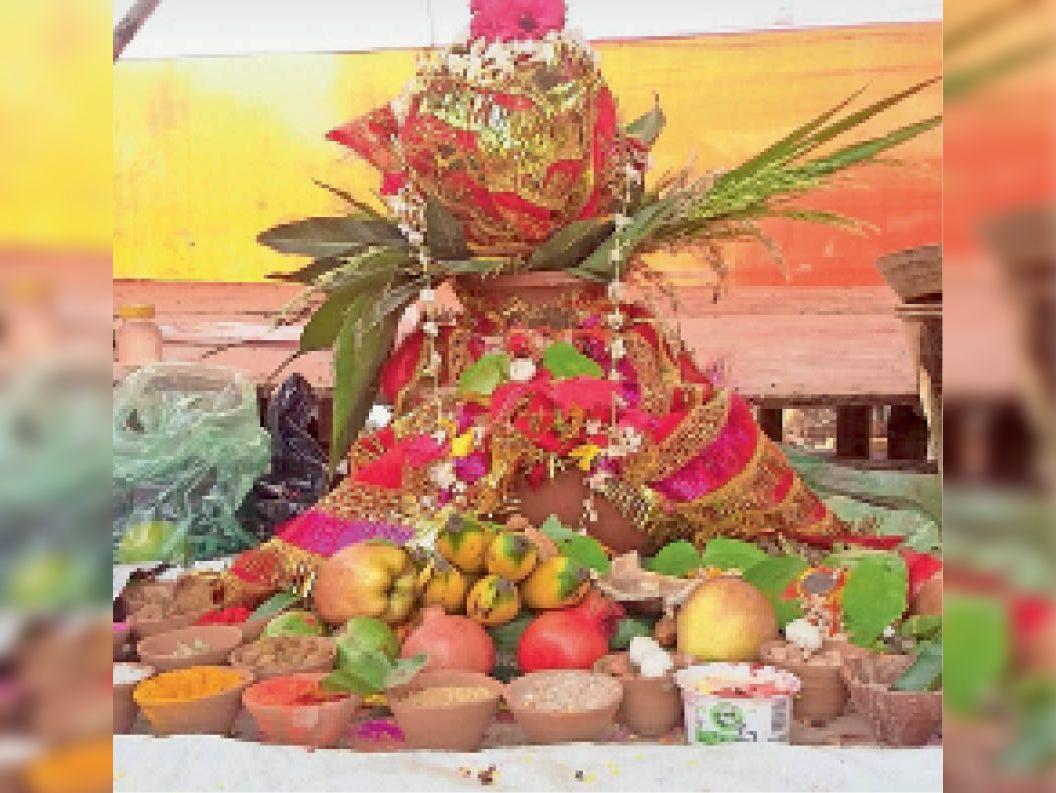 पीरो में स्थापित पूजा पंडाल में कलश। - Dainik Bhaskar