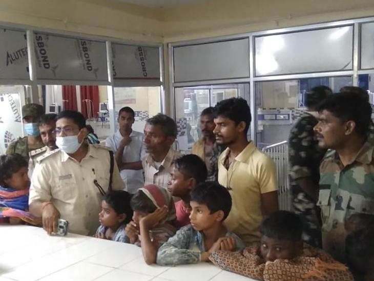 अस्पताल में बच्चों को लेकर पहुंचे परिजन। - Dainik Bhaskar
