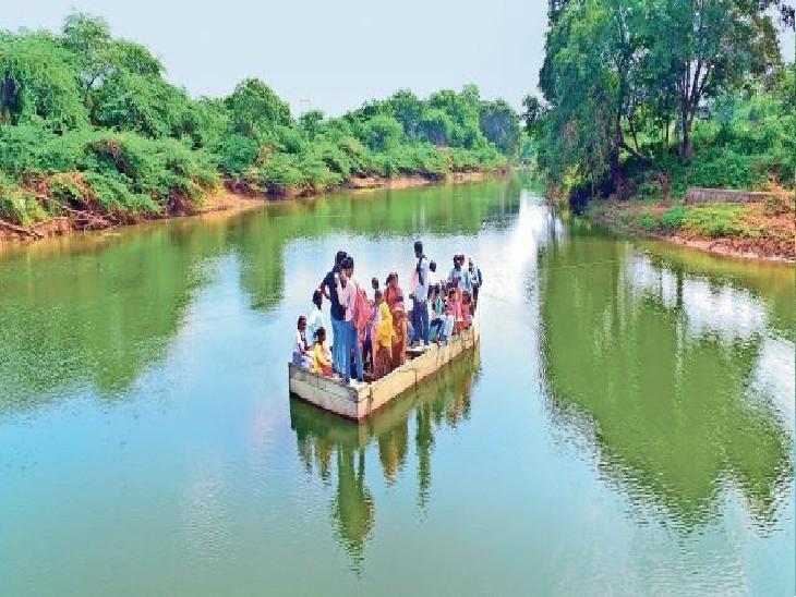 बरूंधन गांव के 300 बच्चों के सामने टूटी-फूटी नाव से 35 फीट गहरी और जिले में सबसे तेज बहने वाली घोड़ापछाड़ नदी को पार कर स्कूल जाना-आना पड़ रहा है। फोटो- कौशल सैनी। - Dainik Bhaskar