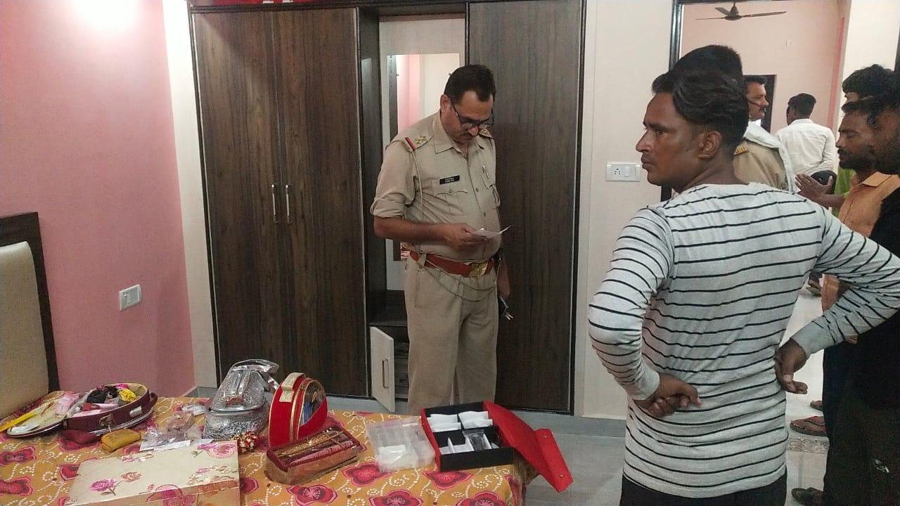 थाना सदर की डिफेन्स कालोनी के एक घर में हुई चोरी के बाद जांच करती पुलिस। - Dainik Bhaskar