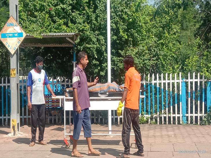 शव को पोस्टमार्टम के लिए ले जाते रेलकर्मी। - Dainik Bhaskar