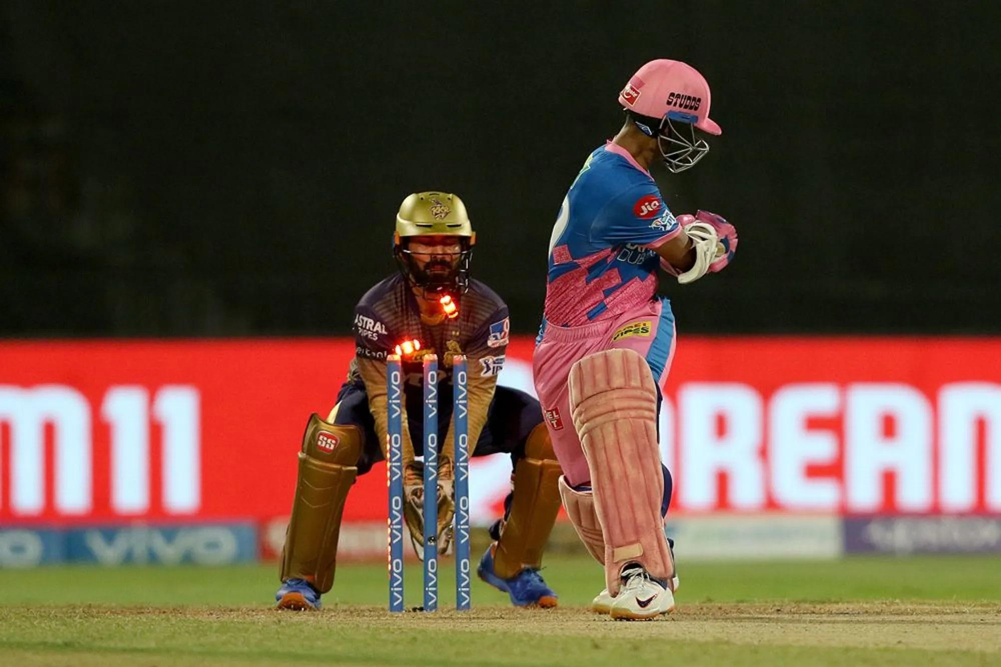 पूरे सीजन में अच्छी बल्लेबाजी करने वाले यशस्वी जायसवाल आखिरी मैच में 0 पर आउट हो गए। वो भी एक अजीबोगरीब शॉट खेलने के चक्कर में। उनसे पहली ओवर की शुरुआती दो गेंद पर रन नहीं बना तो तीसरी पर वो स्विच हिट लगाने चले गए। स्विच हिट आप जिस हाथ बल्लेबाजी करते हों उसके बजाए उलटकर शॉट खेलें, लेकिन वो चूक गए। एकदम अपनी टीम की तरह।