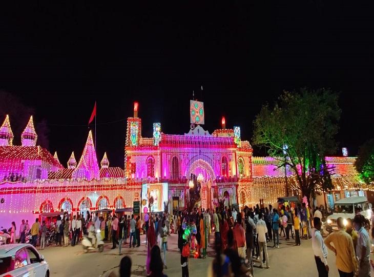 रंगीन रोशनी से सजाया गया जगदलपुर का मां दंतेश्वरी मंदिर।