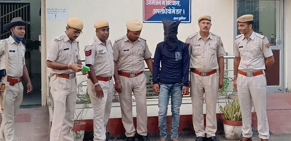 खमेरा थाना पुलिस की कार्रवाई में गिरफ्तार फायरिंग का आरोपी। फिलहाल इसे बापर्दा रखा गया है। - Dainik Bhaskar