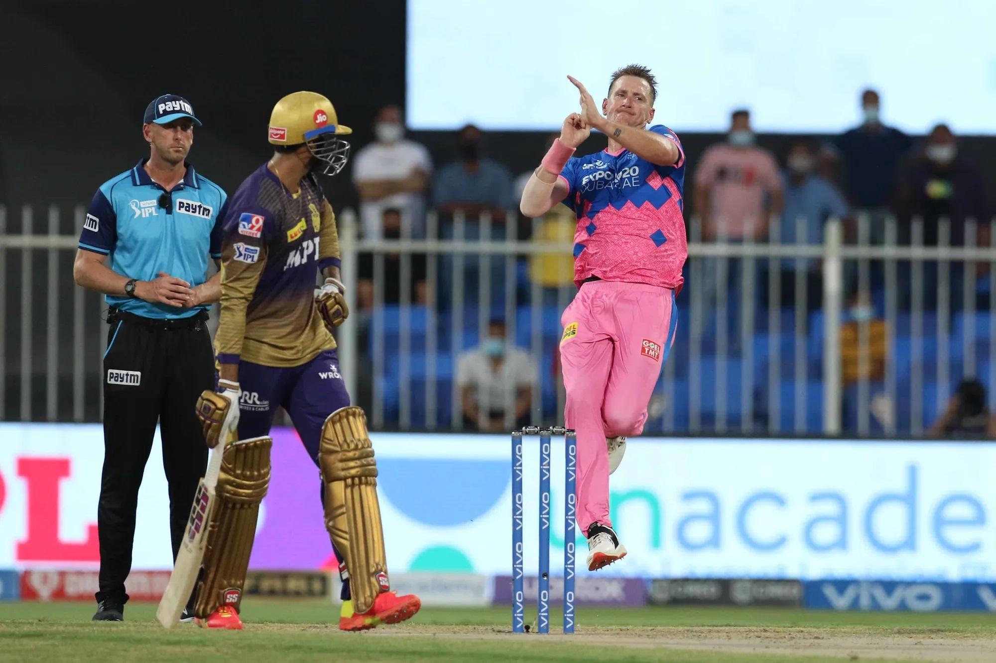ये हैं IPL 2021 के सबसे महंगे खिलाड़ी क्रिस मॉरिस। इन्हें राजस्थान ने 16.25 करोड़ रुपए में खरीदा था, लेकिन इन्हें फेज 2 के सारे मैच में नहीं खिलाया। वैसे तो इनकी पहचान ऑल राउंडर की है, लेकिन इन्होंने राजस्थान के लिए एक भी ऑल राउंड परफॉर्मेंस नहीं दी।