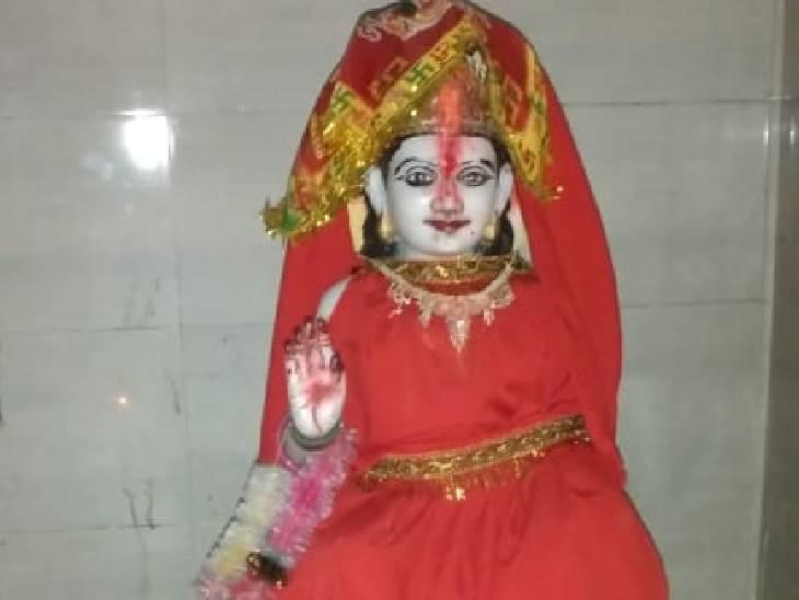 मल्ल राजवंशजों के महल में बना है मंदिर, पहले तैरकर दर्शन को जाते थे श्रद्धालु; शादी के विघ्न को रोकने के लिए बनाया था तालाब|देवरिया,Deoria - Dainik Bhaskar