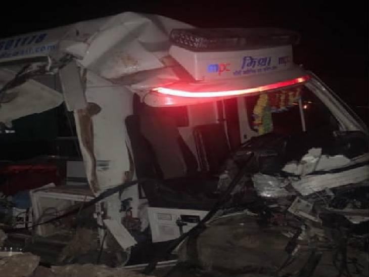 रीवा में ट्रैक्टर-एंबुलेंस की आमने-सामने की भिड़ंत में एक युवक की मौत, 4 मजदूर घायल, सोलर प्लांट की लेबर राशन खरीदकर जा रहे थे कैंप रीवा,Rewa - Dainik Bhaskar