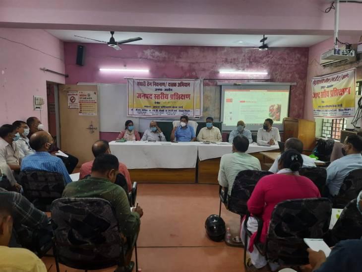घर-घर पहुंचेगी स्वास्थ्य विभाग की टीम, CMO ने बैठक कर स्वास्थ्य अधिकारियों को समझाई जिम्मेदारियां जालौन,Jalaun - Dainik Bhaskar