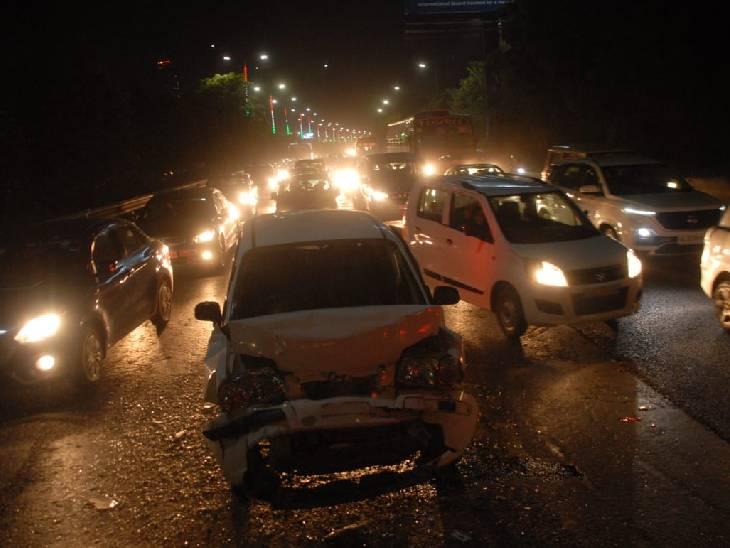 अंडरपास के काम के दौरान धंसी सड़क, लग गया 10 किमी लंबा जाम|गौतम बुद्ध नगर,Gautambudh Nagar - Dainik Bhaskar