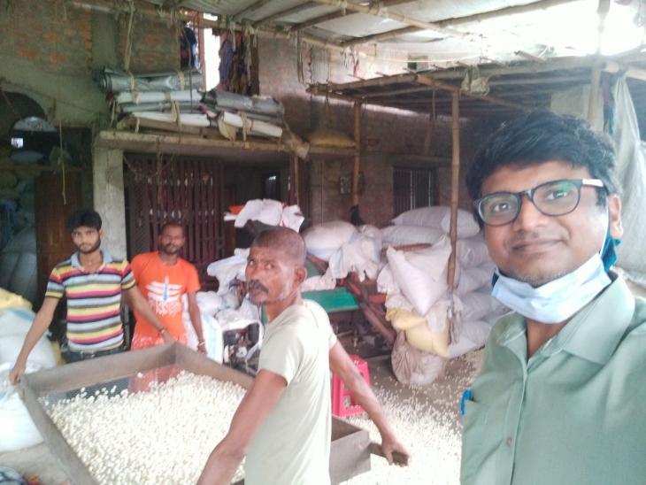 राहुल गांव-गांव जाकर किसानों से मिलते हैं। उनके प्रोडक्ट खरीदते हैं। फिर अपने प्लेटफॉर्म से उसकी मार्केटिंग करते हैं।