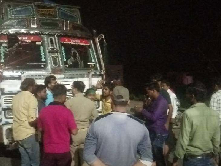 पुलिस ने काफी मशक्कत के बाद आक्रोशित परिजनों को शांत कराया। - Dainik Bhaskar