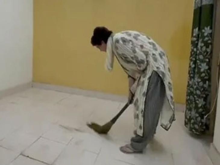 पुलिस हिरासत में सीतापुर के PAC के गेस्ट हाउस में झाड़ू लगाते प्रियंका गांधी की यह तस्वीर खूब वायरल हुई थी। माना जाता है कि इसके पीछे संदीप सिंह का ही दिमाग था।