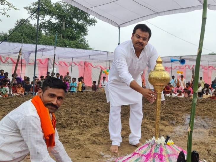 केंद्रीय मंत्री के बेटे आशीष मिश्र यहां कुश्ती प्रतियोगिता कराते रहते हैं। उनके पिता को भी पहलवानी का शौक रहा है।