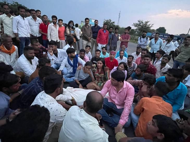घटना के बाद चक्काजाम करते लोग। - Dainik Bhaskar