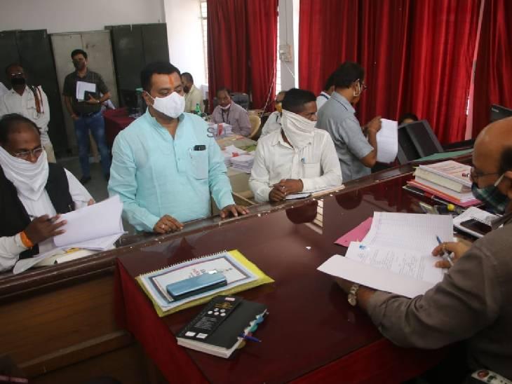 सतना जिले में BJP में बगावत, पूर्व मंत्री जुगल किशोर बागरी के बेटे पुष्पराज ने भरा निर्दलीय पर्चा, गाइडलाइन का पालन नहीं करने पर FIR मध्य प्रदेश,Madhya Pradesh - Dainik Bhaskar