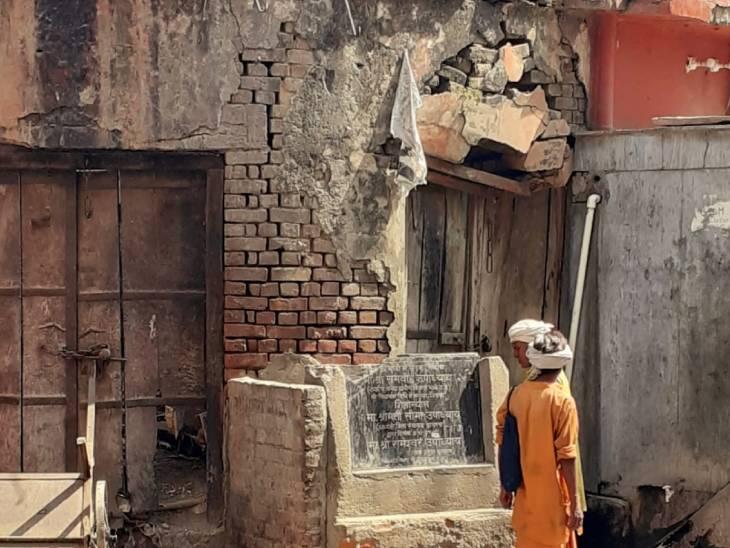 40 वर्ष से बंद पड़ी है नगर पालिका की दुकान, अब तक एक दर्जन से अधिक लोग हो चुके हैं जख्मी हाथरस,Hathras - Dainik Bhaskar