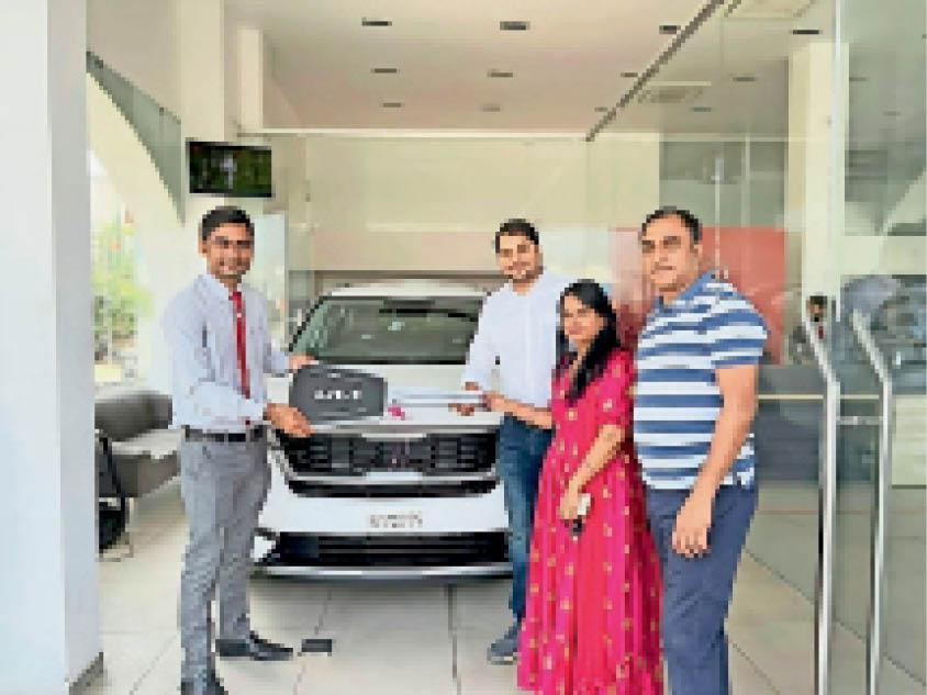 ग्राहकाें ने बुकिंग करीब एक माह पहले करा रखी थी, लेकिन कार की चाबी के लिए नवरात्र का पहला दिन चुना। - Dainik Bhaskar