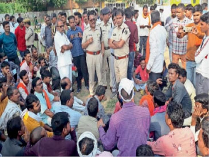 कन्या मिडिल स्कूल परिसर में कार्यकर्ताओं ने दी गिरफ्तारी। - Dainik Bhaskar
