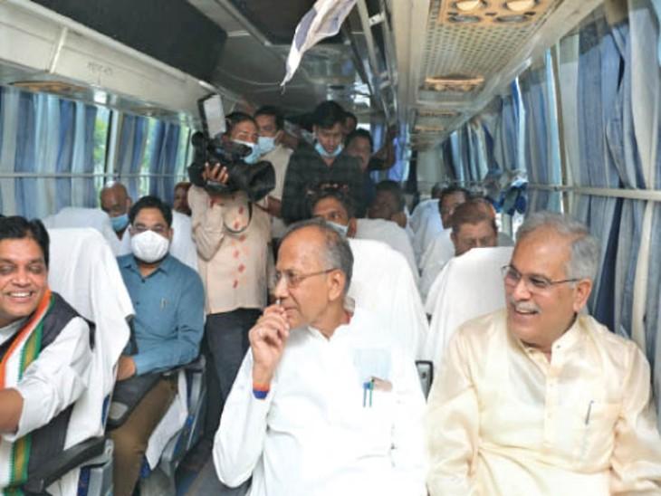 चंदखुरी के लिए मंत्रिमंडल के सदस्यों के साथ बस से रवाना हुए सीएम भूपेश - Dainik Bhaskar