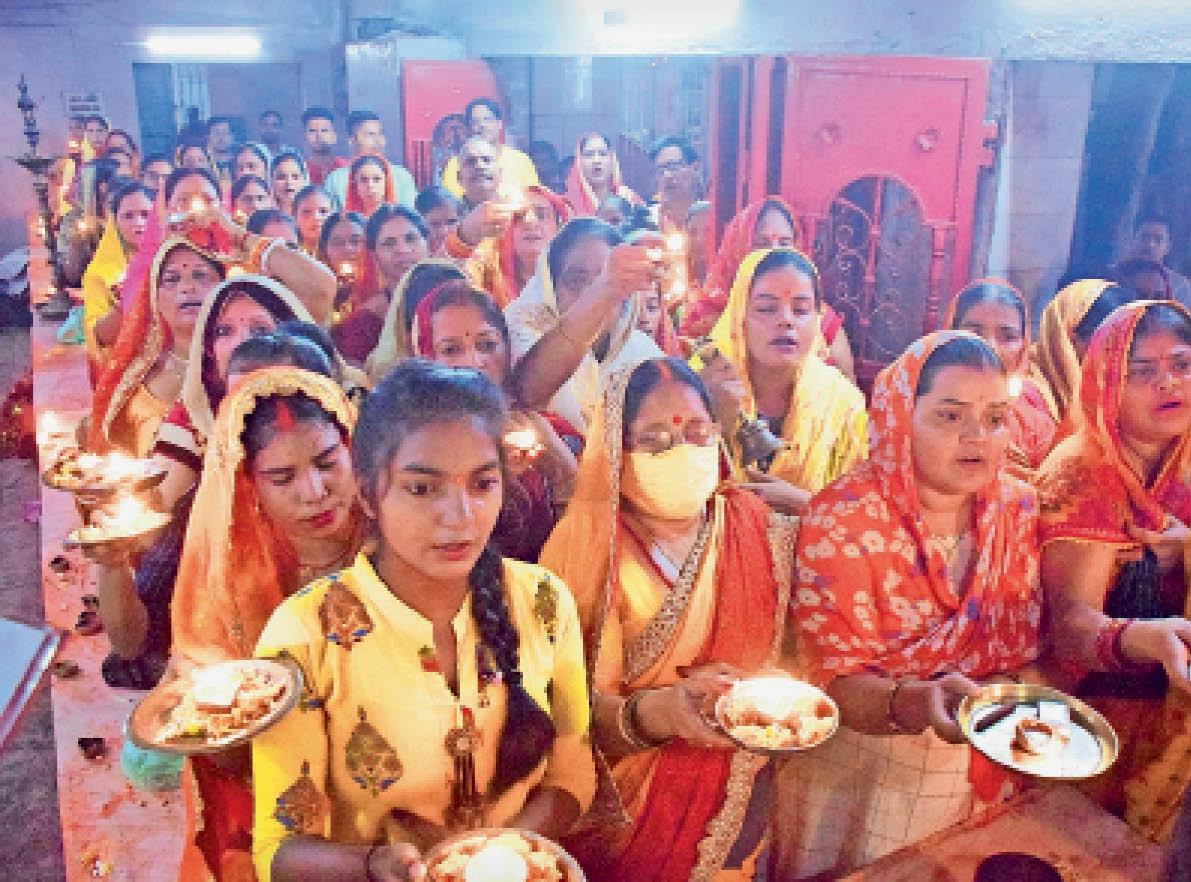 नव दुर्गा मंदिर में आरती में शामिल श्रद्धालु। - Dainik Bhaskar