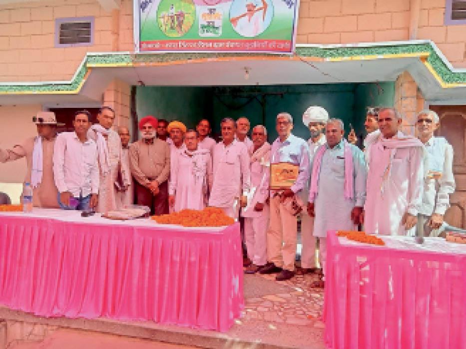 बड़ागांव. टोडी के कार्यक्रम में मुख्य प्रोफेसर जगमोहन के साथ ग्रामीण। - Dainik Bhaskar
