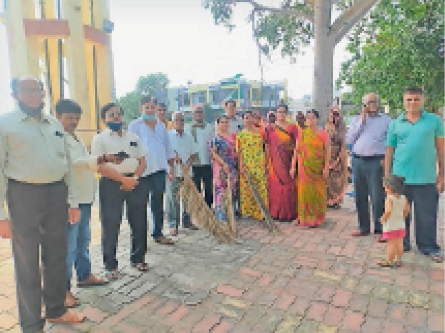 माताजी मंदिर चौक में साफ सफाई करते भाजपाई। - Dainik Bhaskar