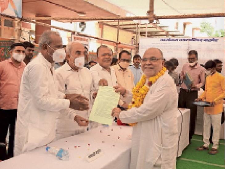 बाड़मेर. प्रभारी मंत्री ने नगर परिषद में प्रशासन शहरों के संग शिविर के दौरान पट्टे वितरित करते हुए। - Dainik Bhaskar
