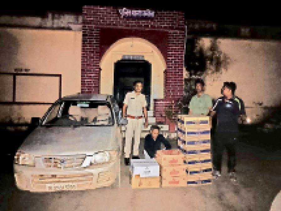 पुलिस गिरफ्त में आराेपी व कार। - Dainik Bhaskar